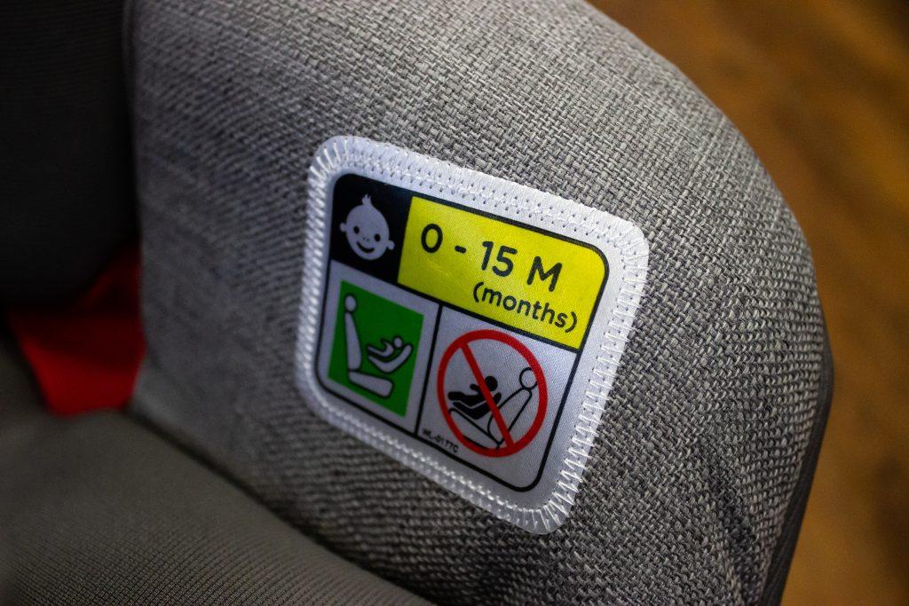 Homologacja isize pozwala na wożenie przodem od min. 15 miesięcy