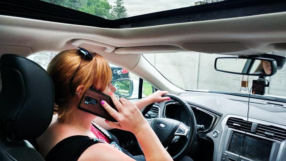 nie rozmawiaj przez telefon w trakcie jazdy